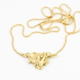 Hanger abstracte driehoek van gerecycled goud exclusief collier